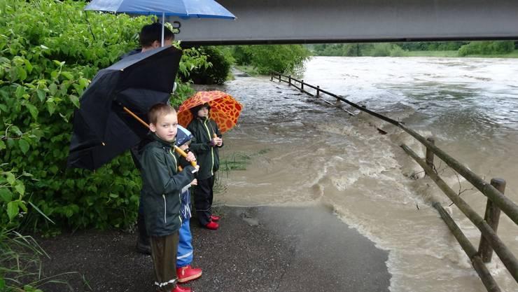Leser Anton Scheiwiller machte dieses aktuelle Bild von der Limmat bei der Limmatbrücke in Dietikon. Beide Unterführungen sind überflutet. Im Bild ist Markus Ferderer vom AWEL (Zürcherisches Amt für Abfall, Wasser, Energie und Luft) mit seinen Kindern bei der Überwachung des Wasserabflusses.