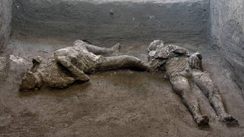 Die Überreste von zwei Männern, die vermutlich vom Ausbruch des Vesuvs am 25. Oktober 79 nach Christus überrascht wurden, sind bei Grabungen im Bereich einer Vorstadtvilla in Civita Giulina, rund 700 Meter nordwestlich von Pompeji, entdeckt worden.