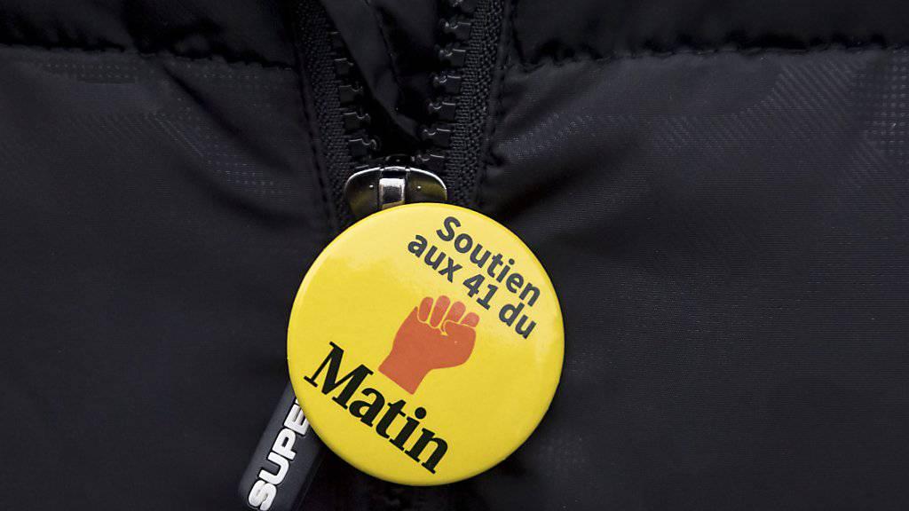 Die meisten der 41 entlassenen Mitarbeitenden der Printausgabe der Westschweizer Zeitung «Le Matin» sind derzeit arbeitslos. Sie protestierten am Donnerstag in Lausanne dagegen, dass das Verlagshaus Tamedia ihnen noch immer keinen würdigen Sozialplan präsentiert habe.
