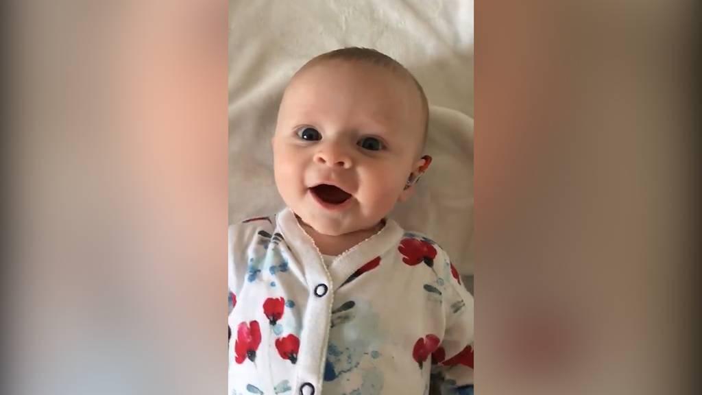 Baby hört zum ersten Mal in seinem Leben