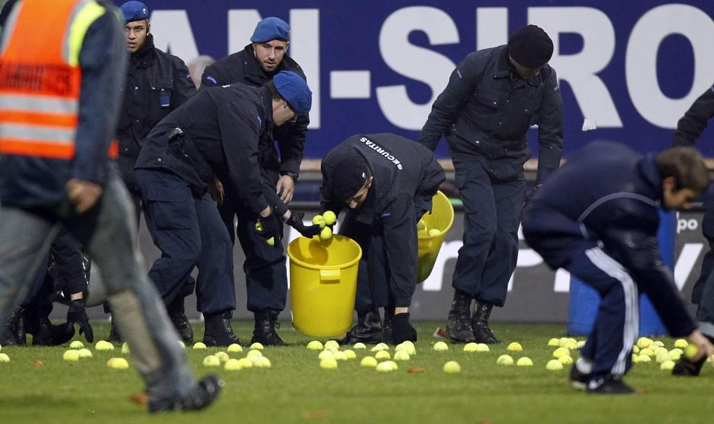 FC Baselfans demonstrieren mit hunderten Tennisbällen gegen die frühe Anspielzeit