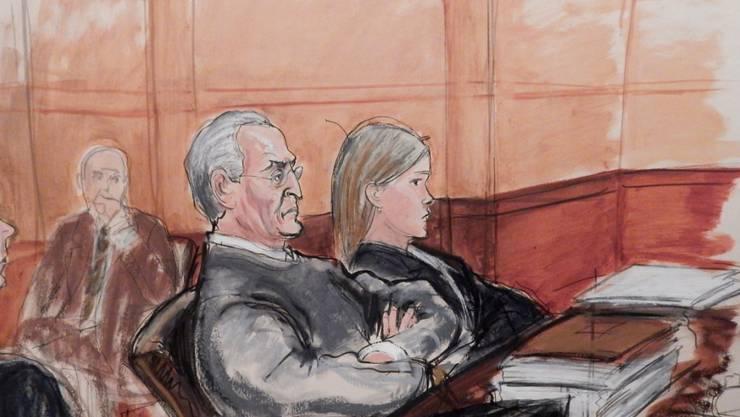 Der Mafioso Vincent Asaro sitzt während seines Prozesses auf der Angklagebank im Gericht im New Yorker Stadtteil Brooklyn, neben ihm seine Verteidigerin Lindsay Gerdes. (Gerichtszeichnerin: Elizabeth Williams)