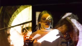 Leonie Merlin Young spielt den Monolog «Esther. Eine Geschichte vom Bruderholz» wieder am Theater Basel.