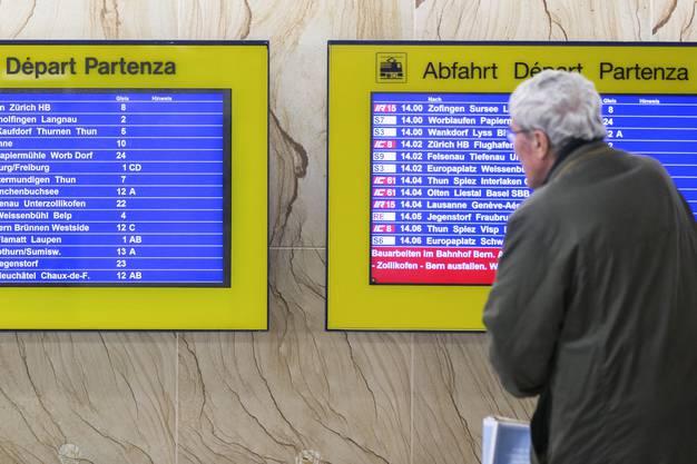 Die SBB haben den Anspruch, immer noch pünktlicher zu werden. In den letzten Monaten des Jahres 2018 aber häuften sich Verspätungen auf ihren Linien: Auf der Paradestrecke zwischen Zürich und Bern hatte im Herbst zeitweise jeder dritte Zug eine Verspätung. Ein Zug gilt dann als pünktlich, wenn er weniger als drei Minuten nach der fahrplanmässigen Zeit ankommt. Im vergangenen Fahrplanjahr lag die Drei-Minuten-Pünktlichkeit im Fernverkehr laut dem Webportal «Puenktlichkeit.ch» bei 86 Prozent, zuvor bei 87,4 Prozent. Warum ist die Pünktlichkeit zurückgegangen? «Das ist auf eine Vielzahl kleinerer und grösserer Ursachen zurückzuführen», sagt SBB-CEO Andreas Meyer. Das Fehlen der bestellten Bombardier-Züge habe sich natürlich bemerkbar gemacht, zumal Rollmaterial ohnehin ein knappes Gut sei. «Gleichzeitig haben wir noch nie so viele Unterhaltsarbeiten gemacht wie im vergangenen Jahr», so Meyer weiter. «Dazu kamen zahlreiche Ausbauten. Und leider gab es gerade im Herbst mehr Personenunfälle.» (bwe/sva)