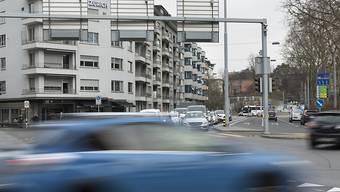 Wegweiser, Fahrspuren, andere Autos: Komplexe Situationen an Kreuzungen können das Gehirn von Autofahrerinnen und -fahrern überfordern. (Themenbild)