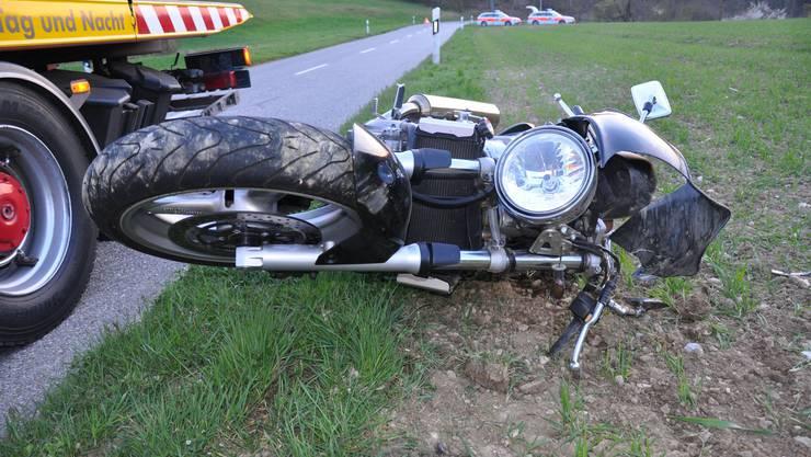 Der Töff-Fahrer stürzte nach einem Überholmanöver.