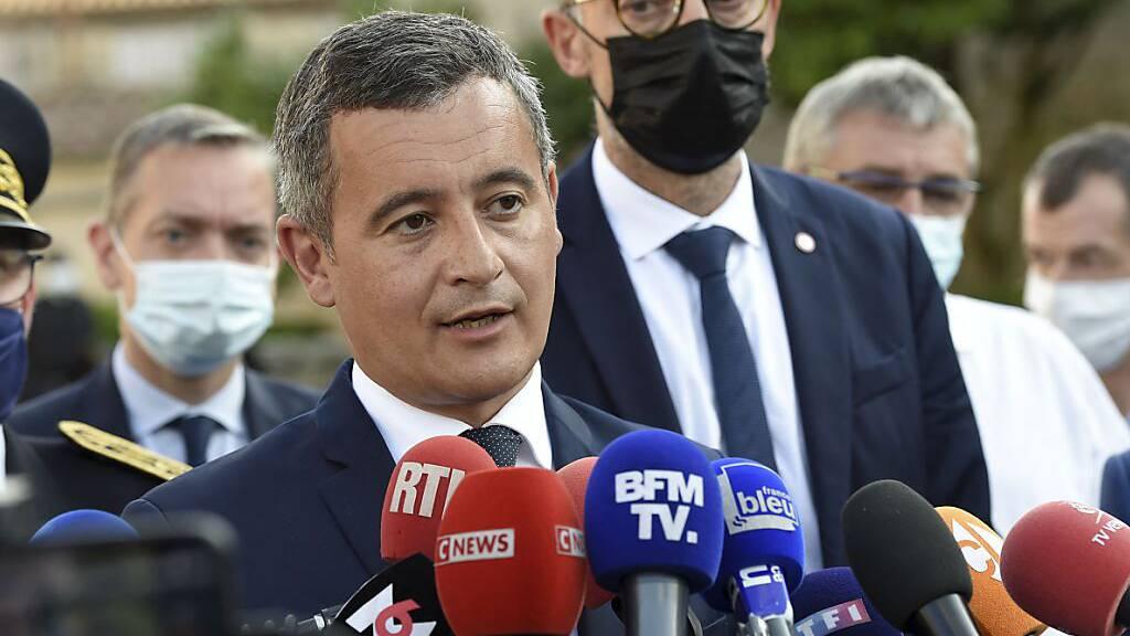ARCHIV - Gerald Darmanin (M), Innenminister von Frankreich, spricht während einer Pressekonferenz in der westfranzösischen Gemeinde Saint-Laurent-sur-Sèvre. Foto: Sebastien Salom-Gomis/AFP/dpa