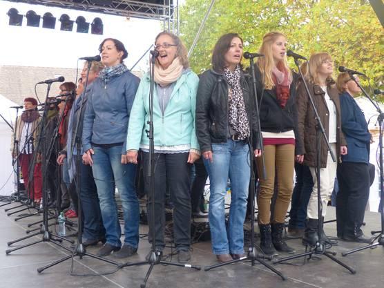 Der Mundart-Chor Klangtastisch nutzte die Hela als Generalprobe für das erste Konzert Ende Monat.  (Ingrid Arndt)