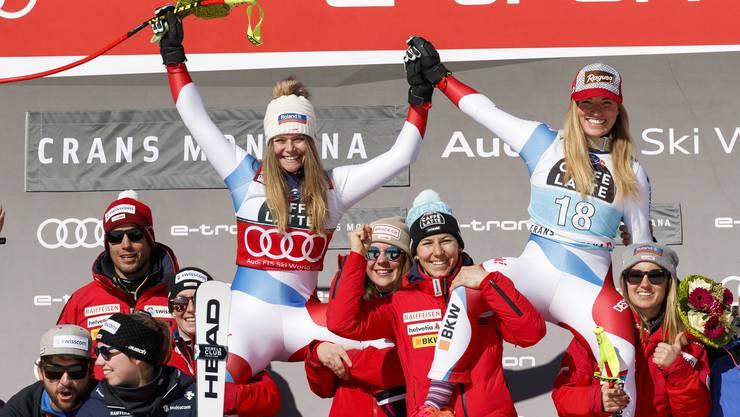 Lara Gut-Behrami (rechts) und Corinne Suter feiern in Crans-Montana einen Schweizer Doppelsieg.
