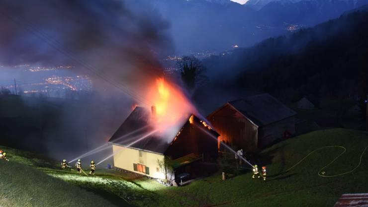 Am Dienstagmorgen ist in Grabserberg (SG) ein unbewohntes Einfamilienhaus in Brand geraten. Der Sachschaden beträgt mehrere hunderttausend Franken. (St. Galler Kantonspolizei)