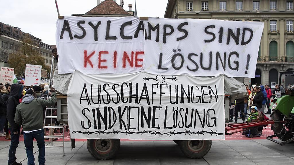 """700 Personen protestieren """"gegen Asylcamps"""" im In- und Ausland"""