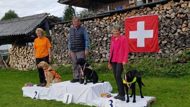 Peter Bieri mit seiner Hündin Waterfan's Nice Swallow Siena auf dem ersten Platz