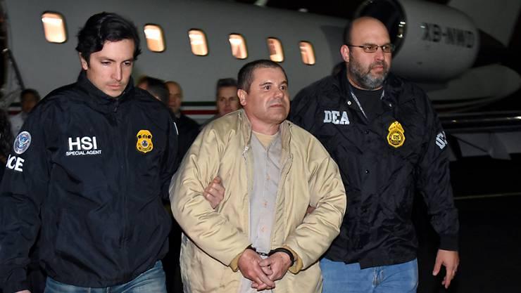 """US-Sicherheitskräfte nehmen den Drogenboss Joaquin Guzmán alias """"El Chapo"""" in Empfang. Ihm soll in den USA der Prozess gemacht werden."""