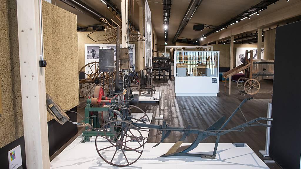 Die neue Dauerausstellung des Schweizerischen Agrarmuseum Burgrain LU zeigt alte Gerätschaften und kombiniert diese mit aktuellen Themen.