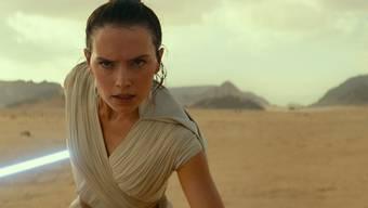Rey (gespielt von Daisy Ridley) zückt abermals das Lichtschwert.