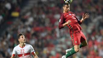 Ronaldo übersteigt Schär. Schliesslich verliert die Schweiz im Lissabonner Hexenkessel da Luz gegen Portugal mit 0:2.