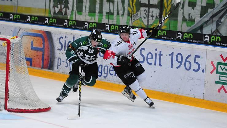 Der Oltner Cédric Schneuwly im Duell mit Red Ice-Spieler Dimitri Malgin.