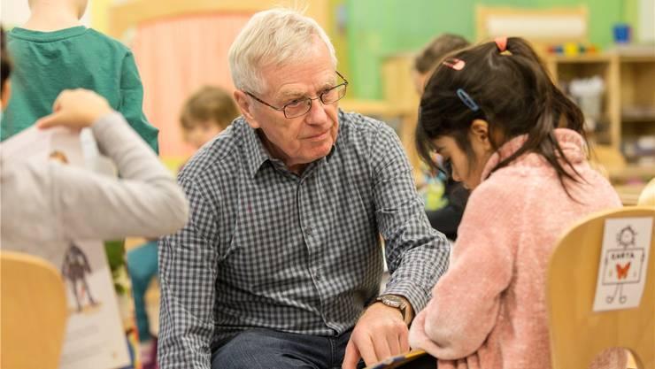 Zum Start jedes Donnerstagmorgens schaut Paul Huber mit den Kindergärtlern Bilderbücher an und erzählt ihnen dabei von eigenen Erlebnissen.