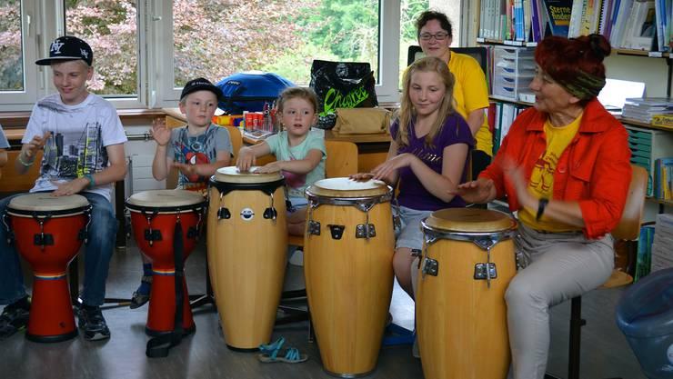 Densbürer Kinder lernen das Trommeln – vielleicht machen sich schon bal bei der Musikgesellschaft mit.