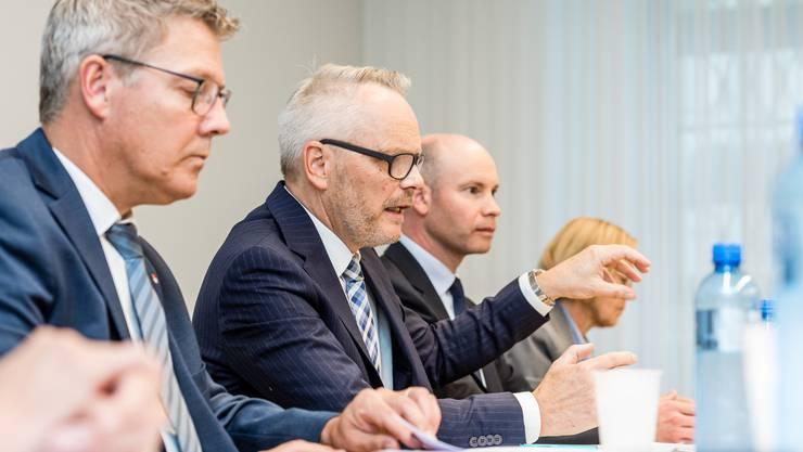 Ein betroffener Landamman äussert «Betroffenheit» über die Rückfälle – wobei sich Roland Fürst (links) von Anfang an hinter die Behörden stellte. Joe Keel (2. v. l.) erklärt den Bericht über das Vorgehen dieser Behörden.
