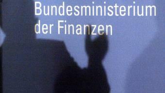 Der Schatten des Finanzministers vor seinem Amt in Berlin (Archiv)