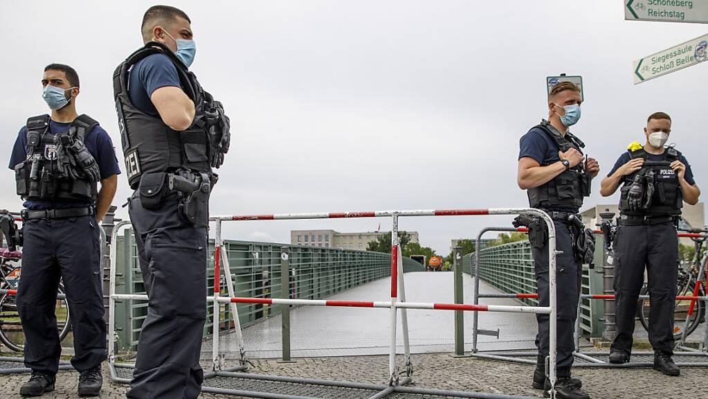 Polizisten kontrollieren einen Brückenzugang zum Regierungsviertel. Im Verlauf des Tages fanden Proteste gegen die Corona-Maßnahmen statt. Foto: Carsten Koall/dpa