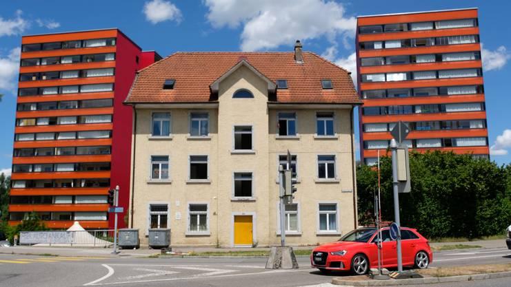 Das Gebäude in der Mitte war eine Asylunterkunft, musste aber der Neugestaltung der Schönenwerdkreuzung weichen. Bald beginnen nun die Arbeiten für einen Neubau in der Luberzen.