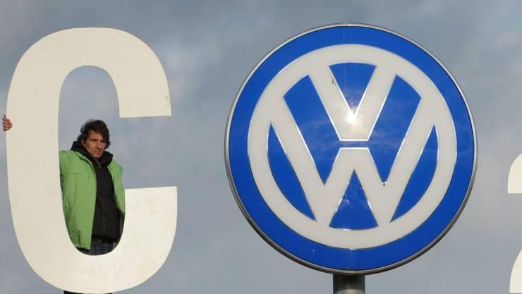 Umweltschützer protestieren gegen den VW Abgas-Skandal. Die belgische Justiz hat Ermittlungen wegen Urkundenfälschung gegen den Konzern eingeleitet.