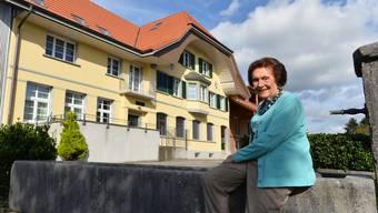 Elisabeth Pfluger posierte 2015 vor ihrem Elternhaus in Härkingen. Sie sammelte seit ihrer Schulzeit Zeugnisse aus der solothurnischen Volkskultur. Im vergangenen Mai ist sie 98-jährig verstorben. Was geschieht nun mit ihrem Nachlass?