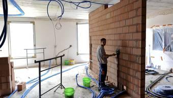 Maurer: Arbeiten im Sanitärbereich. (Bild: Martin Töngi)