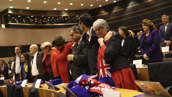 Britische EU-Abgeordnete weinen bei ihrem letzten Tag in Brüssel.