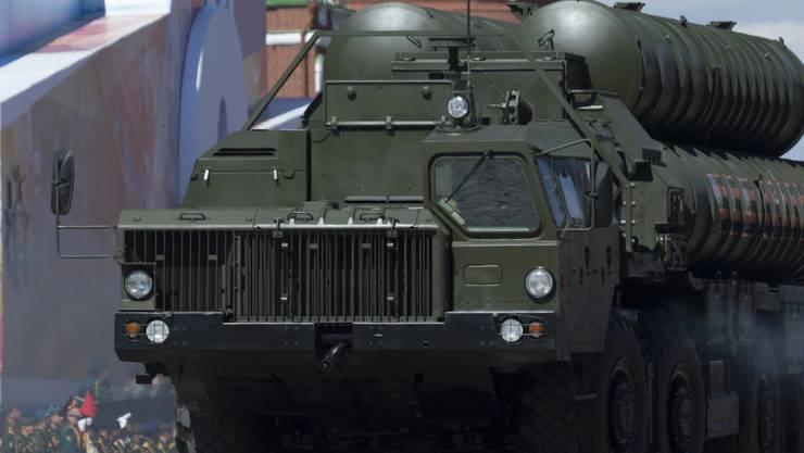 ARCHIV - Ein Raketensystem des Typs «S-400 Triumph» wird auf dem Roten Platz in Moskau präsentiert. Foto: Ivan Sekretarev/AP/dpa