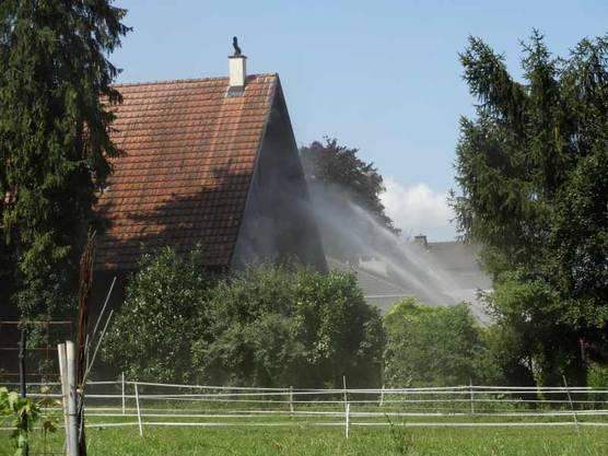 Mit Wasser werden die Hauswände gekühlt