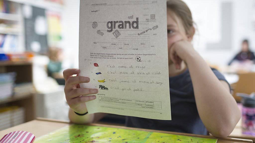 Deutschschweizer Kinder sollten Französisch unbedingt bereits in der Primarschule lernen, findet der Bundesrat. (Symbolbild)