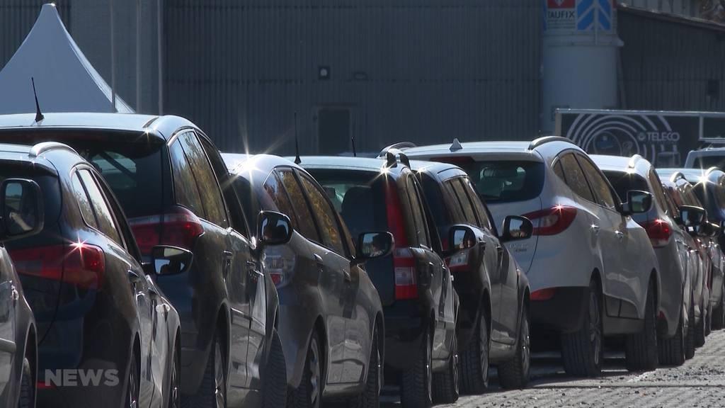 Bis zu zwei Stunden Wartezeit: Drive-In Test-Center im Wankdorf am Anschlag