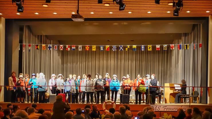 Nachdem die Sängerinnen das Donauschiff MS Frauenchor bestiegen haben, begrüssen sie mit diesem Lied das Publikum im Saal des vollbesetzten Gemeindezentrums Brüelmatt.