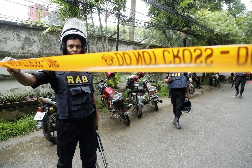 Eine militärische Spezialeinheit ist in Dhaka im Einsatz. (© Keystone)
