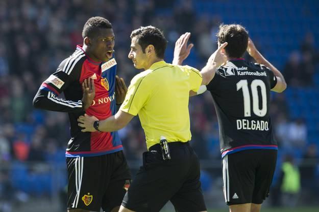 Breel Embolo diskutiert heftig mit Schiedsrichter San Fedayi.