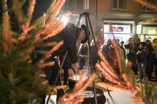 Meisterkäser Rolf Beeler rührt das Fondue.
