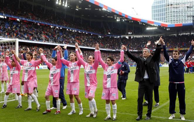 Die Spieler der AC Bellinzona und ihr Trainer Vladimir Petkovic verabschieden sich von den Fans am Sonntag, 6. April 2008, nach dem Schweizer Fussball Cupfinal zwischen dem FC Basel gegen den AC Bellinzona im Basler St. Jakob-Park.
