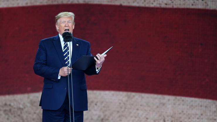 US-Präsident Donald Trump spricht in Portsmouth vor einer riesigen amerikanischen Flagge.
