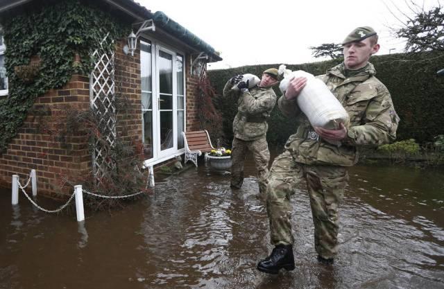 Britische Soldaten bringen Sandsäcke nach Chertsey