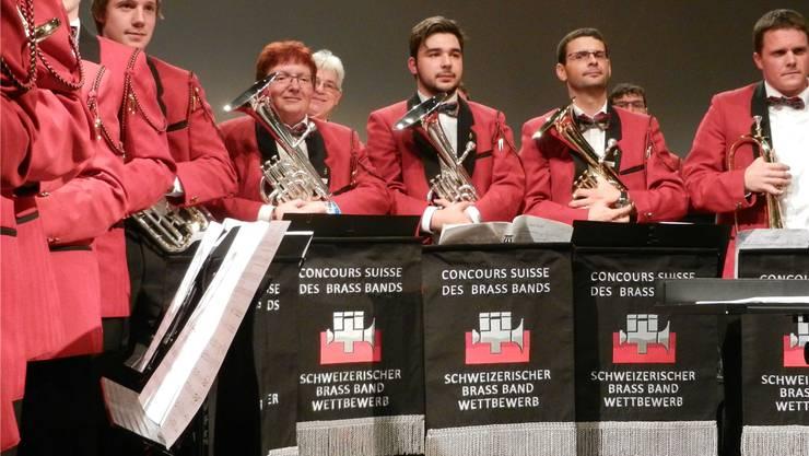 Die Musikantinnen und Musikanten der «Konkordia» Aedermannsdorf nehmen den Schlussapplaus entgegen. Am Gesichtsausdruck ist leicht zu erkennen, dass nur für Rang 10 reichte.