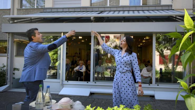 Opernklassiker nicht auf der Bühne, sondern auf der Terrasse: Die Sopranistin Reka Szabo und der Tenor Nazariy Sadivskyy von Konzert Theater Bern singen während der Corona-Krise für die Bewohnerinnen und Bewohner des Berner Betagtenheims Mattenhof.