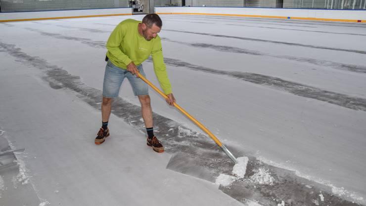 Zuerst Eis kratzen statt Eis aufbauen: Eismeister Daniel Hürzeler rückt im Schüwo-Park dem Bodenfrost zu Leibe.
