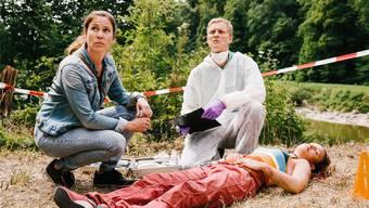 Wann ist sie gestorben? Hauptkommissarin Anna-Maria Giovanoli und Rechtsmediziner Alois Semmelweis rätseln in der SRF-Serie «Der Bestatter».SRF/Sava Hlavacek