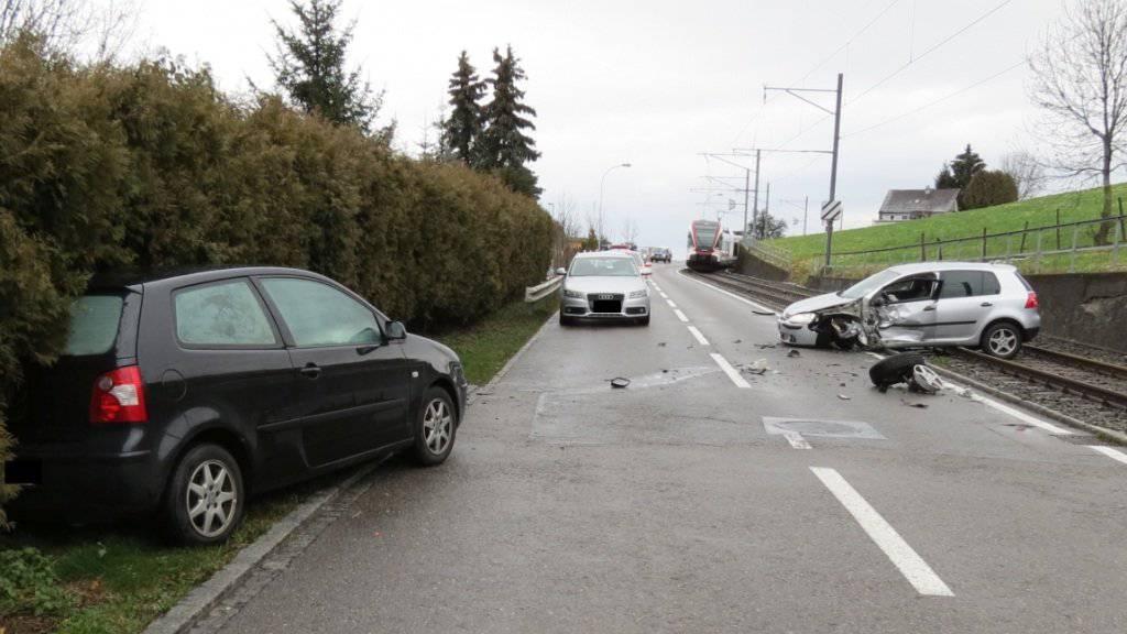 Nach Kollision auf Bahngleis geschleudert: Spektakulärer Unfall in Boniswil im Aargauer Seetal.