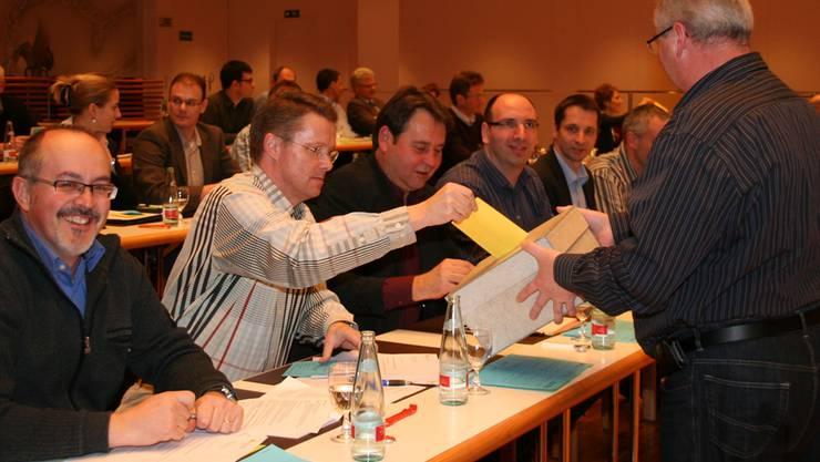 Sitzung des Einwohnerrats Ende Januar 2010: Urs Zbinden, damals noch Stimmenzähler, sammelt Stimmzettel ein. Archiv Marcel Siegrist