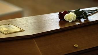Blumen auf dem Sarg bei der Trauerfeier für eines der Opfer des Germanwings-Absturzes (Archiv)