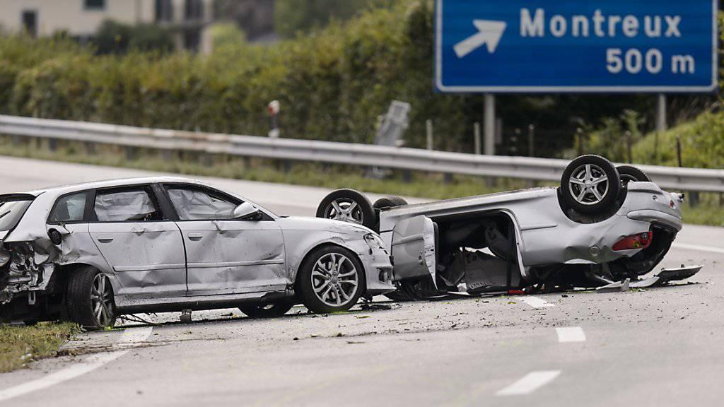 Beim Unfall auf der A9 zwischen Vevey und Montreux kam ein Autofahrer ums Leben.